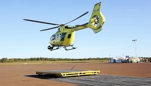 Svensk Luftambulans vill ha möjlighet att tanka dygnet runt på Dala Airport i Borlänge efter avslutade ärenden på Falu lasarett. Här lyfter en helikopter från Mora/Siljan flygplats.