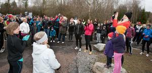 Hundratals ville jogga mot våldet. På stenen, i orange tröja, syns västeråsaren Sara Lundström som tagit initiativet till manifestationen.