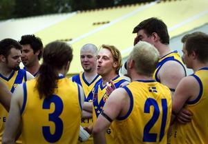 I centrum. Cameron Crooks (i bildens mitt) är tränaren och spelaren som nu introducerar australiensisk fotboll i Falun.
