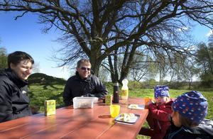 Fikapaus. Susanna och Jonny Geidne är på utflykt med barnen Mira, 3,5 år och Freja, 2 år.