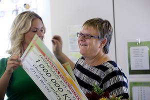 Christina Svanberg överraskades på jobbet av Magdalena Graaf från Postkodlotteriet.