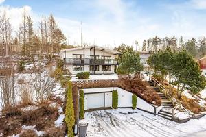 Mycket rymlig och påkostad villa med utmärkt bra utsiktsläge.
