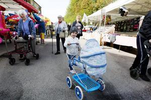 Vian Alali ,fyra och ett halvt år, kör runt med sin docka i dockvagnen marknaden.