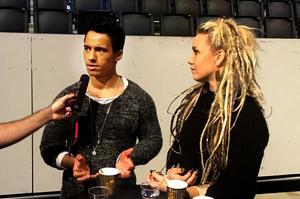 Jon Henrik och Aninia på snabb presskonferens under torsdagens repetitioner inför Melodifestivalen i Friends arena.