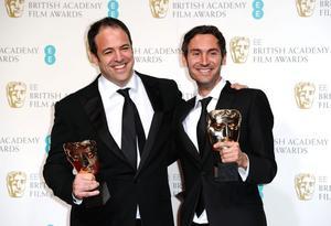 Malik Bendjelloul, till höger, och filmens medproducent Simon Chinn, med sina Baftapriser. Foto Scanpix