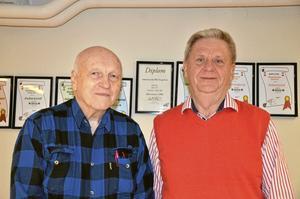 """Styrelsemedlemmar. Roland Karlsson och Bengt Friberg tycker båda mycket om att spela bridge. """"Har man kommit i gång med bridge, är man fast"""" säger de."""