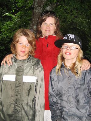 Anna Eriksson, 45 år, administrativ samordnare, Valbo med Oskar Holmgren, 13 år och Adam Holmgren elva år.