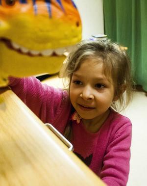 Stephanie Cantaragiu trivs i förskolan och lär sig språket mer och mer.