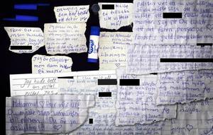 Johanna Möller försökte smuggla ut mängder av lappar och brev avsedda för pojkvännen och sina anhöriga ur häktet. Nu är de en del av bevisningen mot henne. Sommarstugemorden.