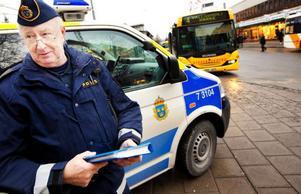 """Anders Sandqvist tycker att en av hans         viktigaste uppgifter är att informera människor om vad som gäller och arbeta förebyggande för en bättre trafiksituation. """"Preventivt arbete är bland det viktigaste vi poliser kan göra"""", säger han. Foto: Håkan Luthman"""