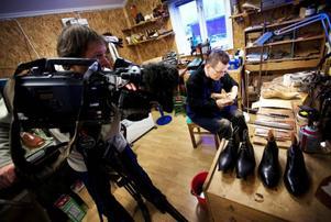 Jan Melkersson har tillverkat skor i över 30 år. Fotografen Christian Barthez försöker få med viktiga detaljer.