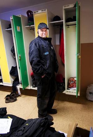 Peter Karlsson, 41 årÄgare och chef för verkstad  Peter Karlsson AB i OdenskogVad har du i ditt skåp?– Jag har inte så mycket saker i mitt skåp. Få se nu... jag har hörselproppar, tre kepsar, en påse med slangklamrar, extra reservlås till de andra anställda, rena handdukar, långkalsonger, sockar, pennmagnet, bälte och arbetsskor.Hur många skåp har ni på företaget?– Vi har sex skåp. De är utformade med ett öppet sidofack så att personalen kan ha sina privata kläder inlåsta i skåpet och sina arbetskläder i sidofacket. Det är bra när arbetskläderna behöver tvättas så kan jag ta de anställdas kläder också. Sedan vill man ju inte blanda sina privata kläder med oljiga och smutsiga arbetskläder.Vad är det mest udda som du har i ditt skåp?–Slangklamrarna som en kille kom in med och lade i mitt skåp. Det är ganska onödigt att ha dem där.När städade du där senast?–Det händer aldrig. Jag städade skåpen när jag ställde in dem för fyra och ett halvt år sedan. Men det funkar bra för det är nätbotten på skåpen så all skit åker ner på golvet i stället.Har du några skåpregler?–Nej, men jag önskar att alla låste sina skåp. En regel är väl att man inte rotar i någon annans skåp och att man hänger in alla kläder så att de inte hänger kläder överallt i verkstaden.Vilken drömpryl skulle du vilja ha i ditt skåp?–En läskautomat med Coca-cola i.Vad säger skåpet om dig?– Att jag inte riktigt har tid och har för mycket att göra eftersom jag byter om hemma.