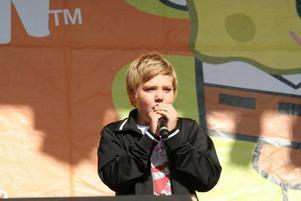 """Tävlar i Göteborg. Philip Ström, 12 år från Åshammar, sjöng Leona Lewis ballad """"Run"""" så bra att han får tävla i finalen i Göteborg på söndag när Sveriges nästa barnstjärna ska koras."""