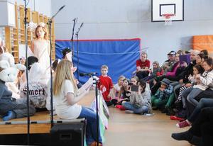 Gymnastiksalen var fylld till bristningsgränsen av föräldrar, syskon och andra som ville se föreställningen.