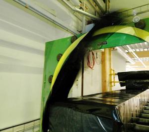 De färdiga träbalkarna plastas in automatiskt innan de skickas iväg till leverans. Foto:StaffanWesterlund