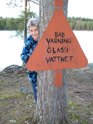 Kan man tro på det? Ja varför inte tänkte jag, isen såg ut som vaniljglass, något grådaskigare kanske..Här står Wendela och visar upp skylten.
