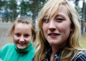 """Sandra Svensson och Rebecka Heidenborn, säger att de har annat för sig på kvällarna än att springa på fritidsgården. """"Kanske den behövs för de yngre"""", säger de.Foto: Jan Andersson"""