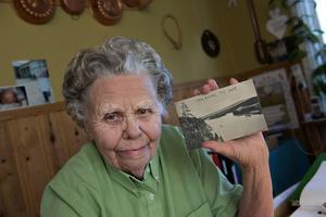 Gerda Verf från Älvdalen pratar älvdalska, ett språk med fornnordiska rötter. I sin ägo har Gerda Werf, som bor i byn Loka, två vykort som helt eller delvis är skrivna med runskrift.
