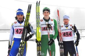 Vinnarna i H27 28 kilometer: på första plats (i mitten) Karl Ingard, IK Rex, på andra plats Gustav Johnsson, Hällbybrunns IF och Oskar Danielsson Frost, Dala Järna IK. på tredje plats.