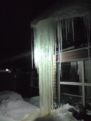 Vattenfall av is med bakgrundsbelysning.