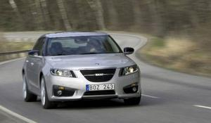 Nya Saab 9-5 är större än de flesta av konkurrenterna i    klassen. Och dyrare. Provbilen med V6-motor och fyrhjuldrivning kostar närmare halvmiljonen.