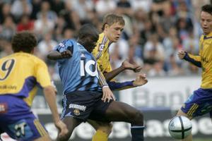 Jones Kusi Asare i Djurgården och Linus Johansson i GIF Sundsvall kämpar om bollen.