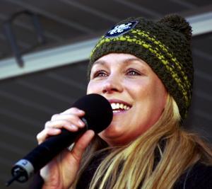 Sånt är livet. Fame-Jessica Andersson ledde allsången i slagdängan 'Sånt är livet'.