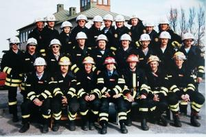 Här sitter Ulf omgiven av sina brandmän. Året är 1991 och det var sista året för Edsbyns räddningskår i gamla brandstationen.
