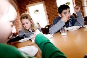 GILLAR MATEN. Philipe Günther, Patricia Blom och Miran Hajo går i tvåan på Murgårdsskolan. De tycker att skolmaten är god nästan alla dagar. Allra bäst är pannkaka.