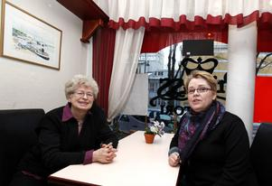 """FIKAPAUS. """"Vi fikar alltid när vi åker in till Gävle. Men det ska vara klassiska konditorier"""", tycker Ingegärd och Karin Aune från Segersta."""