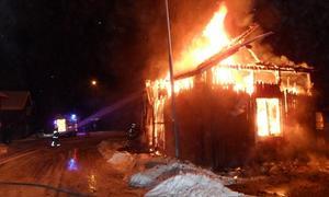 Brandkåren fick inrikta sig på att skydda intilliggande bebyggelse när de larmades till Domherrevägen i Mora. FOTO: MORA BRANDKÅR