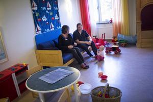 Öppna förskolan har fått en ny ingång. Annars ska de inte påverkas nämnvärt av rivningsarbetena, enligt vad förskollärare Anita Zättlin Erixon har blivit informerad om. Här har hon sällskap av Nils Persson med dottern Wilma.