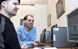 Daniel Lindström på Malmen i Fagersta instruerar Vesa Kupulisoja i datakunskap.
