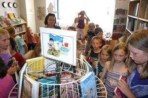 Bokval. Läsråttor på Fjugesta bibliotek väljer böcker till sommarläsningen.