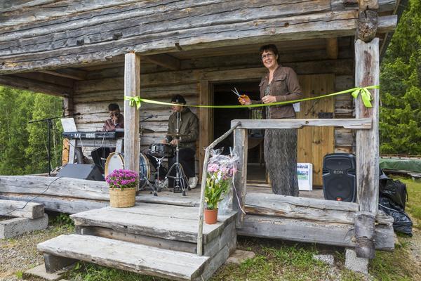 Catarina Bäckman Jonasson klippte bandet och därmed invigdes Linblomsfjöset.