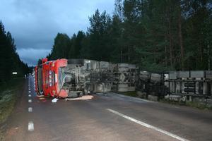 En lastbil har under onsdagen blockerat landsväg 270 mellan Hedemora och Norberg.