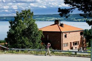 Jakt- och rekreationsanläggningen i Henvålen beräknades till 50 miljoner men stoppades av nya ledningen i Skrindan sedan 19 miljoner investerats.– Man kan se att investeringar gjordes i tre fastigheter trots att det saknades pengar i Skrindan, säger Henrik Engberg, rådgivare åt nuvarande ledningen i Skrindan. Foto: Håkan luthmanStrax nedanför krönet på Frösön ligger en villa som Maths O Sundqvist under lång tid lät rusta upp för miljon                belopp. Nu har den skrivits ned med 13 miljoner kronor. Foto: Henrik Flygare