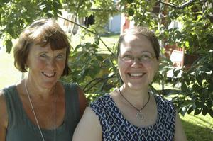 Carin Hedlund till vänster och vännen/konstnärskollegan Marianne Sandqvist utgör också halva styrkan i Umegruppen, fyra konstnärsdamer som stödjer och peppar varandra i konstutövandet.