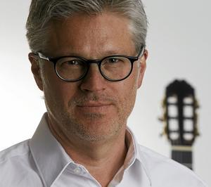 Gitarristen Mats Bergström hoppas att konserten i morgon lockar publik som normalt inte lyssnar så mycket på klassiskt. Han har samarbetat med bland andra Malena Ernman, Olle Persson och Mikael Samuelson genom åren.