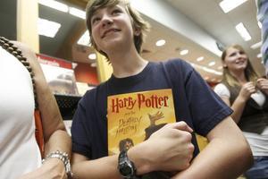 Många världen över har velat få reda på hur historien om Harry Potter slutar till slut. Inatt klockan en minut över ett fick de svaret. Foto: Scanpix
