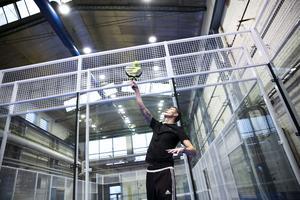 Johan Eklund smashar en boll i padelhallen i Främby.