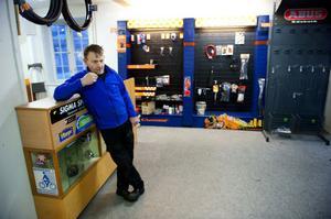 Yngve Lindblom har varit butiksinnehavare på Cykel-Mats sedan år 2000. Nu står hans butik nästan tom.