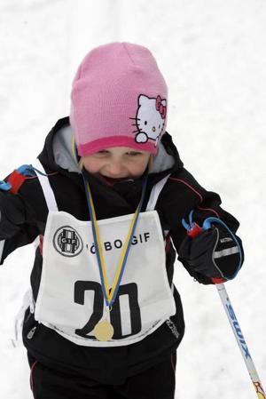 Evelina Andersson klarade 90-metersloppet med bravur och fick så klart en guldmedalj runt halsen efter målgången.