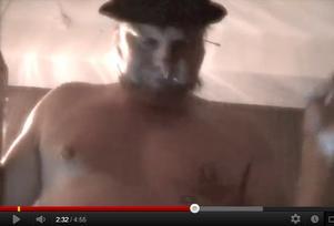 Videon som Michael Ohlson lagt upp upprör föräldrar på det fritids han arbetar på.