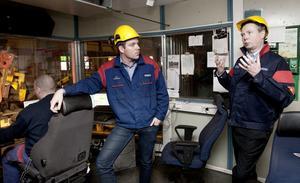 Mediumvalsverkets chef Per Israelsson och Ovako Bars vd Rickard Qvarfort diskuterar valsverkets styrka och var man kan vässa sig.