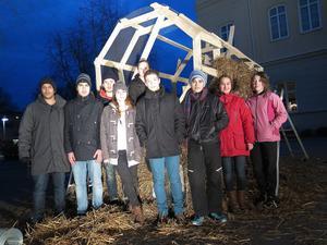 Stolta medlemmar i Naturvetenskapliga föreningen på Vasaskolan är snart redo att presentera årets lilla julbock.