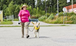 När Elin Mattsson och hennes blandrashund Vidar går på promenad i stan är Vidar alltid gulmärkt.