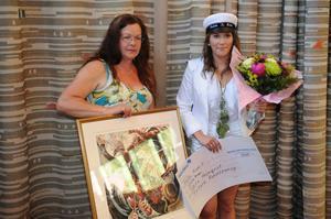 Tabita Holmkvist fick Folkärna konstförenings stipendium av Gunilla Berglund.