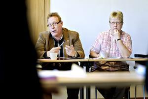 """lång process. """"Om vi beslutar att bygga och någon överklagar för att pröva den kommunala kompetensen så kan det dröja tre–fyra år innan det avgörs"""", sa kommunalrådet Peter Kärnström (S). Oppositionsrådet Riitta-Liisa Björk (M) lyssnar."""
