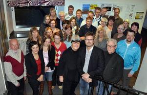 Närvarande fullmäktigeledamöter vid mandatperiodens första sammanträde i Anders Olofssolan i Hammarstrand på onsdagen. I mitten till vänster ses närmast kameran kommunalrådet Terese Bengard, (S), och till höger fullmäktigepresidiet där ordföranden Anders Frimert, (S), flankeras av förste vice ordförande Elisabet Yngström, (S), och andre vice ordförande Göran Boström, (C).